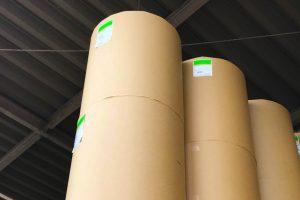 業務用紙袋の製造に不可欠な素材クラフト紙