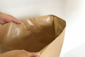 内袋入り紙袋から仕様変更。保湿効果を備えつつコストダウン。